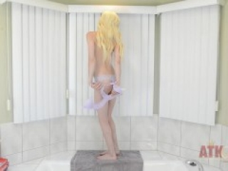 Elsa Jean - Watersports pissing